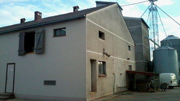 Abbildung 1: Gebäude der Mastschweine - Gebäude der Sauen rechts oben: Eingangstür zu den äußeren Ställen in der Wand