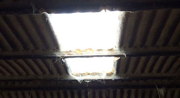 Altes Gebäude, in dem die Beleuchtung durch ein Fenster verbessert wurde.