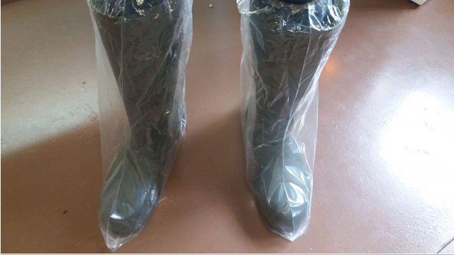 Bild 1. Stiefelüberzieher aus Kunststoff helfen dabei, eine Kreuzkontamination durch das Schuhwerk zu verhindern