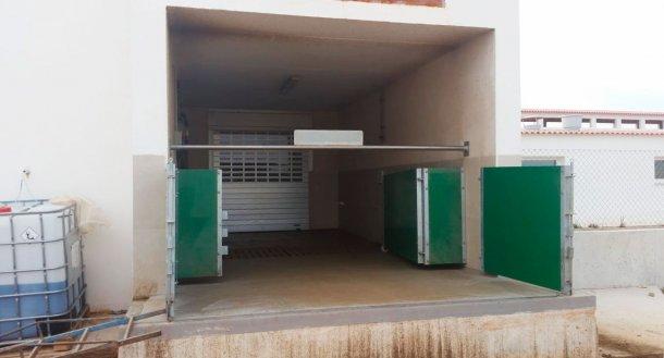 Bild 6: Halb geschlossene Laderampe mit Gattern und einer horizontalen Stange zur physischen Trennung von sauberen und schmutzigen Zonen (Bild mit freundlicher Genehmigung von Agropecuaria Los Girasoles, Spanien)